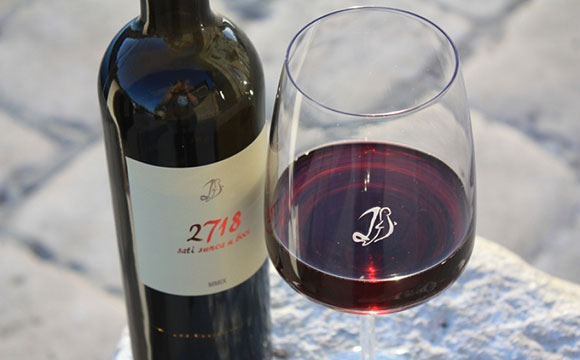 Archipelago Tours Blog and Tips: Islands at your fingertips - photo of a wine bottle nad a glass of red wine